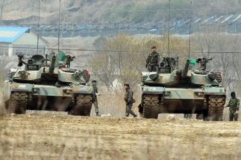 Soldados surcoreanos se preparan para unas maniobras militares. | Efe