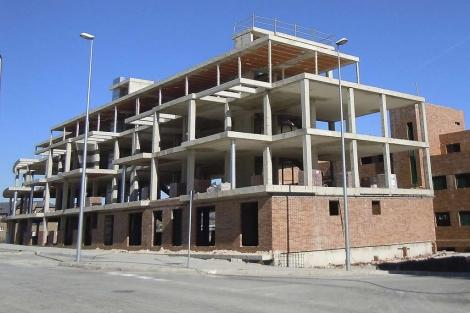 Edificio en obras a medio construir a causa de la crisis. | José F. Leal