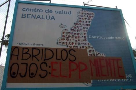 Cartel que anuncia la construcción del centro de salud. | E.M.