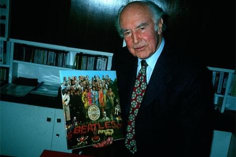 Albert Hofmann, con el disco 'Sargent Pepper's Lonely Hearts Club Band' de los Beatles. | EM