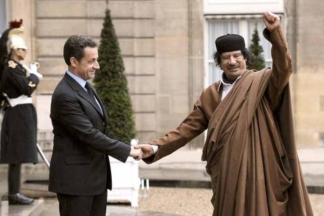 Gadafi y Sakorzy en la entrada del Palacio del Elíseo en diciembre de 2007. | Afp