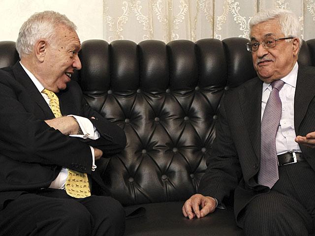 El ministro de Exteriores, José Manuel García-Margallo, con Mahmud Abas. | Sergio Barrenechea | Efe