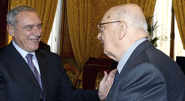 Napolitano (d) es felicitado esta noche por el presidente del Senado.   Quirinale/Reuters
