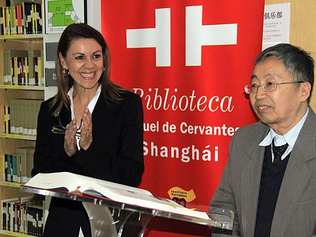 Cospedal, junto a Chen Kaixian, director del Centro Cervantes del departamento de español de la Universidad de Nankin. | Álvarez / Efe