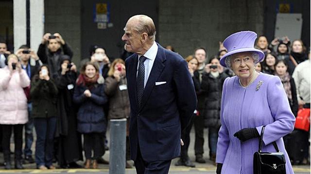Foto de archivo de Isabel II, junto al su marido, el principe Felipe.   Efe