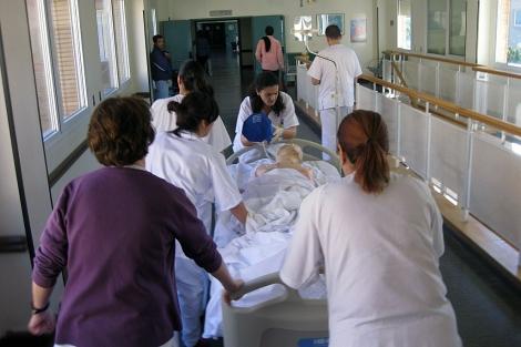 Médicos y personal del hospital de Poniente durante un simulacro en el centro.   M. C.