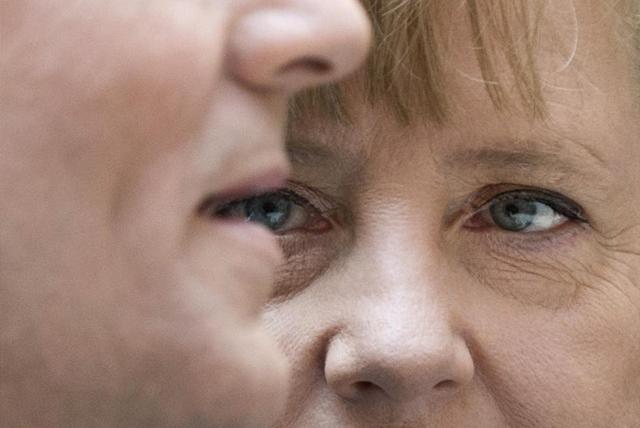 La canciller alemana observa al primer ministro polaco. | Afp