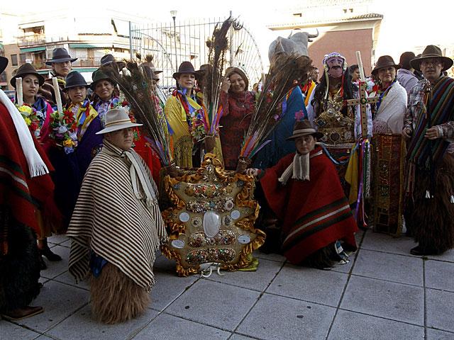 Un grupo de ecuatorianos con trajes tradicionales, esperan en Madrid al presidente Correa el pasado viernes. | Kiko Huesca / Efe