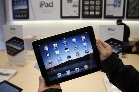 Un usuario sostiene un iPad. | Ap