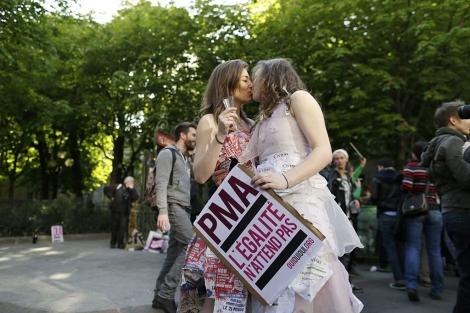 Dos mujeres celebran la aprobación.   AFP