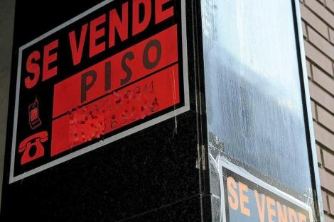 Varios carteles de 'Se vende' en un edificio de Madrid. | Bernardo Díaz