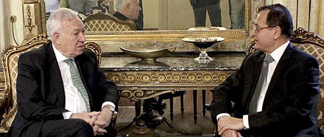 El ministro español de Asuntos Exteriores, Margallo (izda.), conversa con su homólogo libanés en Beirut. | Efe