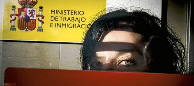 Una joven en las oficinas del Inem. | Carlos García