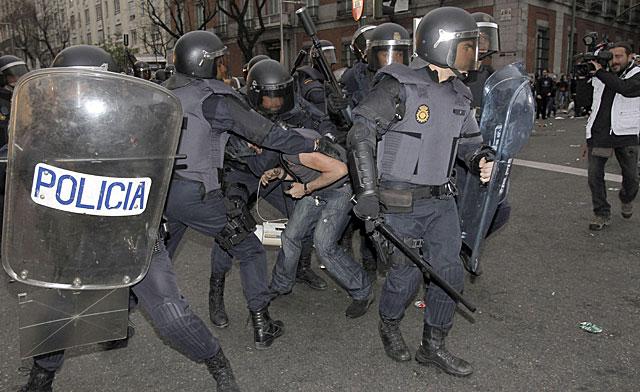 Antidisturbios en el momento de la primera carga. | Kiko Huesca / Efe Vea más imágenes