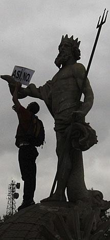 Manifestante en la fuente. | K. R. / Efe