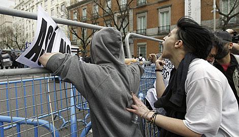 Gritos en la valle que separa la manifestanción de la Carrera de San Jerónimo. | K. Rodrigo / Efe