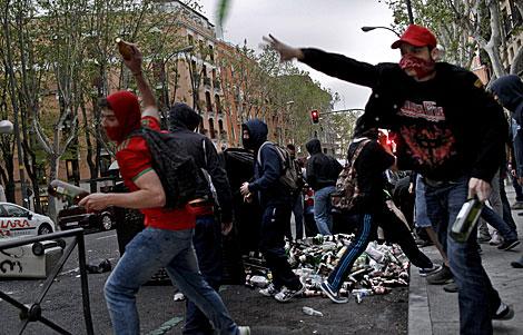 Manifestante arrojando objetos. | Efe