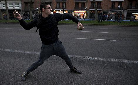 Lanzando piedras a los agentes. | Gonzalo Arroyo