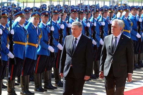 El presidente Nikolic (dcha.), con su homólogo serbio, en Belgrado. | Afp