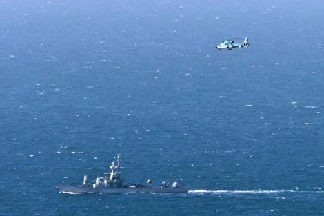 Un buque de la armada y un helicóptero isrealís