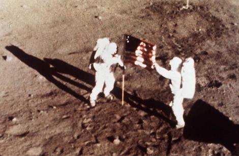 Armstrong y Aldrin, junto a la bandera de EEUU en la Luna. | NASA