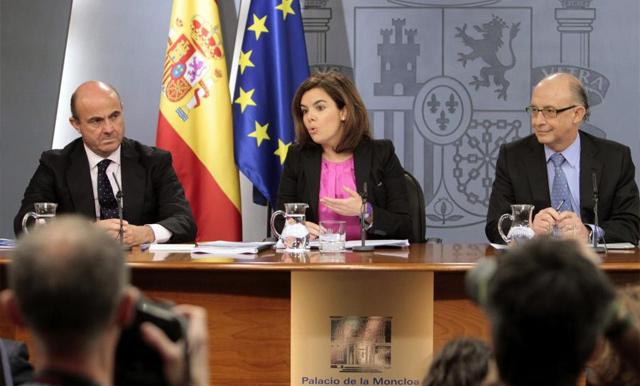 La vicepresidenta Soraya Sáenz de Santamaría con Luis de Guindos (i) y Cristóbal Montoro. | Efe