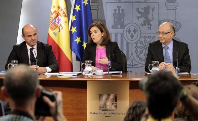 Los ministros De Guindos, Saénz de Santamaría y Montoro tras el Consejo de Ministros. | Efe