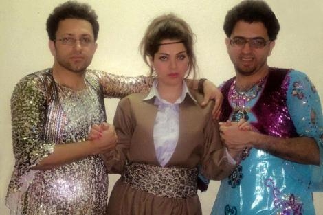 Dos hombres vestidos de mujer