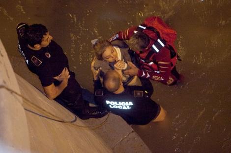 La madre del niño fallecida, poco después de ser rescatada del río. | M. Cubero
