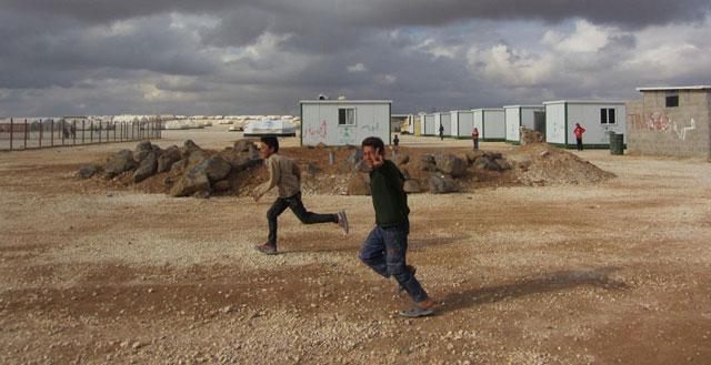 Niños corriendo en el campamento de refugiados sirios de Zaatari, en la frontera jordano-siria. | Rosa Meneses MÁS IMÁGENES