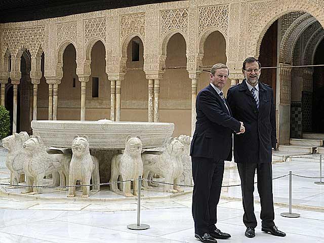 Rajoy y Kenny posan en el Patio de los Leones. | Miguel Ángel Molina / Efe