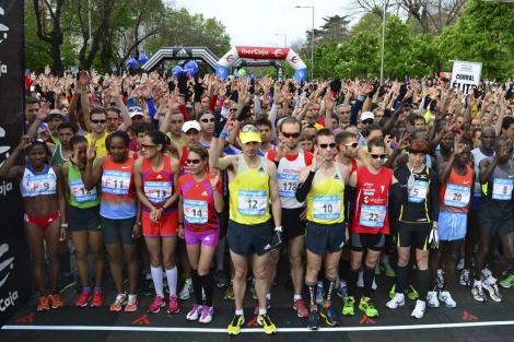 Los corredores hacen la 'b', de Boston, en lenguaje de signos.| Marga Estebaranz