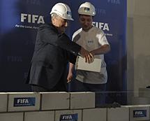 Blatter pone la primera piedra. | Efe