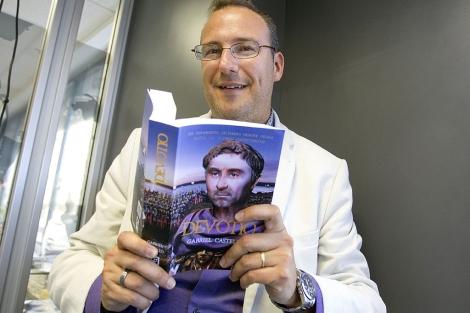 El escritor Gabriel Castelló con su última novela 'Devotio'. | B. Pajares