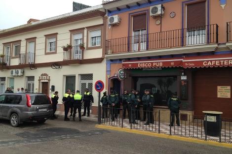 Agentes de la Guardia Civil y la Policía, ante la casa del suceso en Almonte. | J. Yáñez