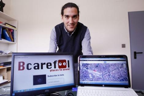 Gerardo Salvador posa con la versión 'beta' de 'Bcarefool'. | Manuel Lorenzo