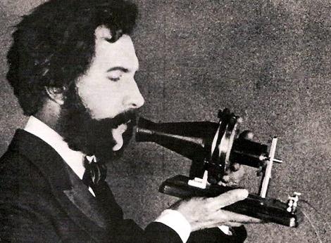 Bell hablando en una versión experimental del teléfono. | EOM