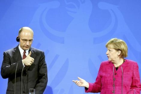 El primer ministro italiano, Enrico Letta, junto a Angela Merkel en rueda de presa. | Afp