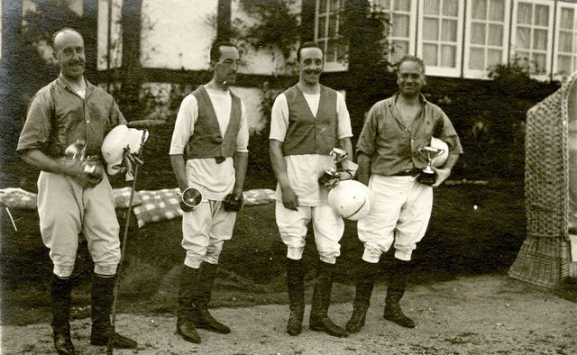 El duque de Alba, junto a Alfonso XIII tras un partido de polo.