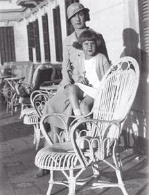La actual duquesa y su madre, fallecida en 1934.