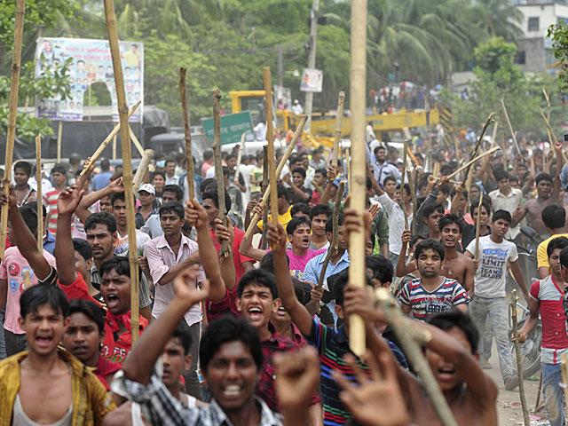 Protesta de trabajadores textiles en Dacca (Bangladesh) tras el siniestro.   Reuters