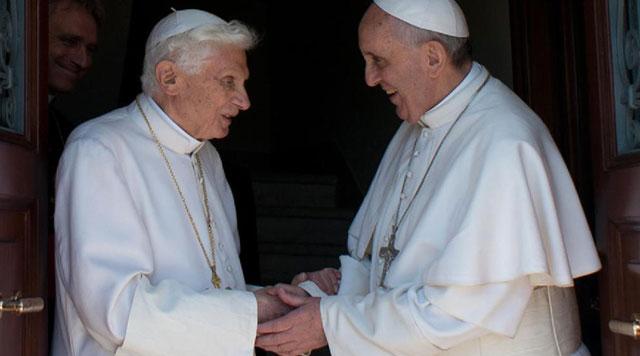 El papa Francisco (d) saluda a Benedicto XVI (i) a su llegada.| Reuters