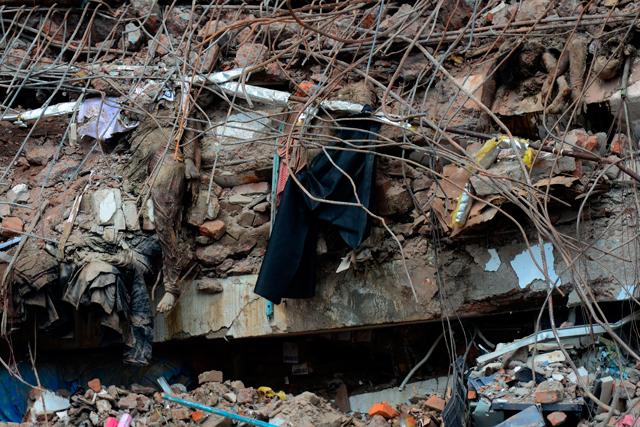Cuerpos entre los escombros por el derrumbe del edificio en Savar, a las afueras de Dacca. | Afp