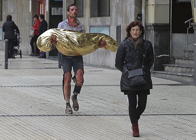 El artista Omar Jerez por las calles de San Sebastián, simulando ser vìctima de atentado.   Araba Press