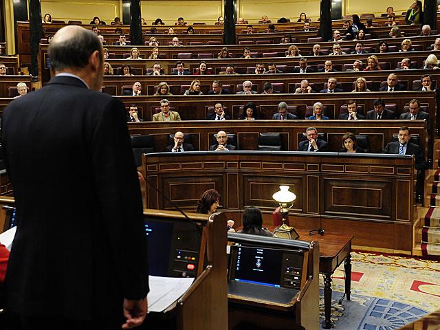 Rubalcaba y Rajoy, en sus escaños, en una reciente sesión de control en el Congreso.   Bernardo Díaz