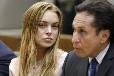 La actriz estadounidense y su abogado asisten a una audiencia en Los Ángeles.   Efe