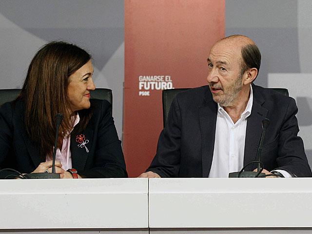 Fotografía facilitada por el PSOE de la reunión de Rubalcaba y su equipo en Ferraz.