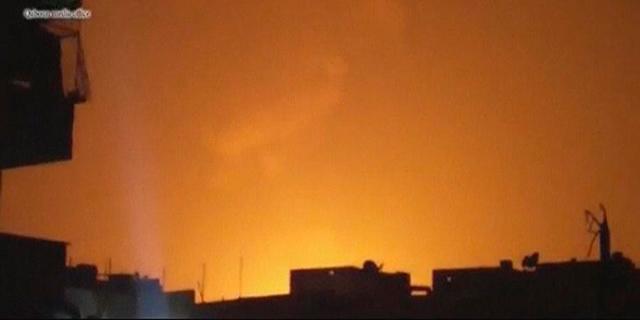 El cielo de Damasco, iluminado por las explosiones en una grabación de vídeo. | Reuters
