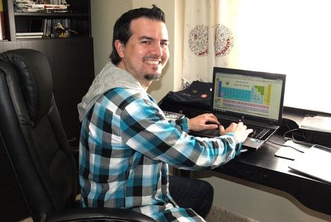 Carlos Lobato prepara una clase en su despacho. | M.A.B.