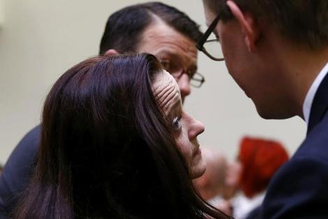 Beate Zschäpe habla con sus abogados en su juicio en Múnich. | Reuters